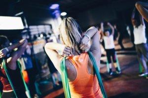 ゴムを使ってトレーニングする女性