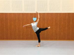 アティテュードをする女性バレエダンサー