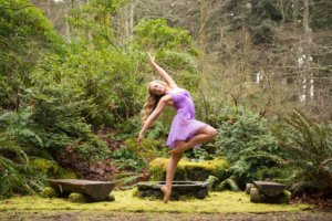庭で踊る女性