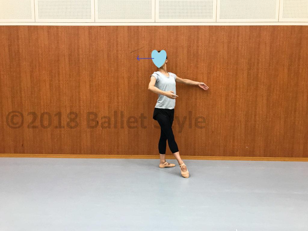 クロワゼドゥヴァンをする女性ダンサー