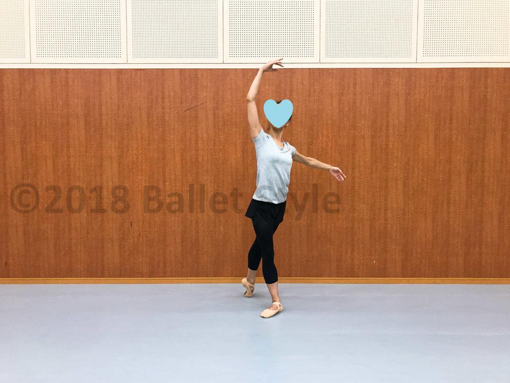 クロワゼデリエールをする女性ダンサー