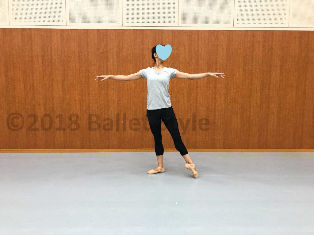 アラスゴンドをする女性ダンサー