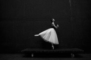 アラベスクするダンサー