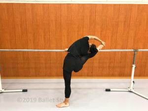 ストレッチするバレエダンサー