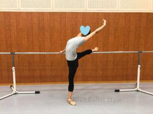 アラベスクするバレエダンサー