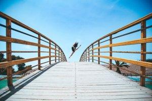 橋の上でジャンプする女性