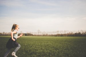 原っぱを走る女の子