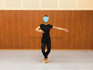 バレエのポジションをするダンサー