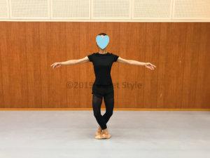 バレエのポーズをするダンサー