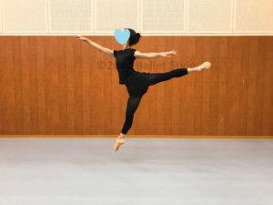 アラベスク・ソテをするバレエダンサー