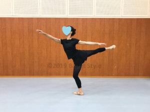 アラベスクプリエで着地するダンサー