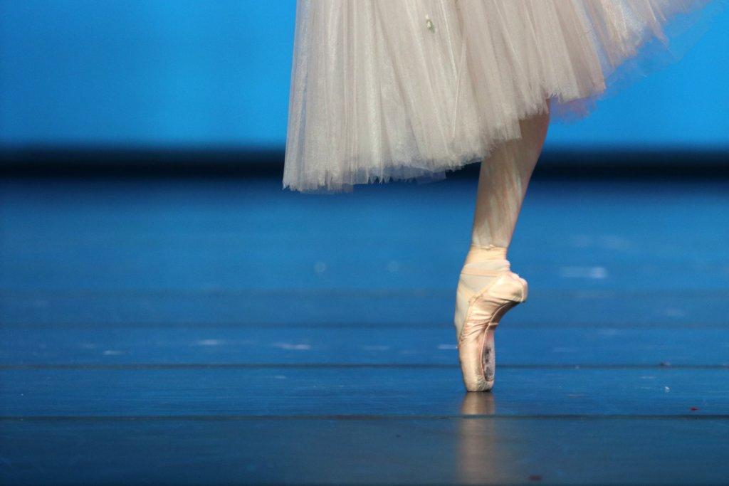 ポアントで立つダンサー