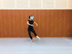ジュテ・パッセをするダンサー