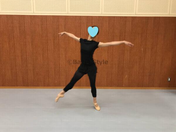 横へのバランセをするダンサー