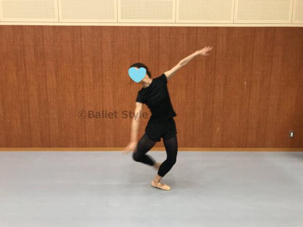 横のバランセをするダンサー