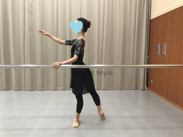 バレエバーを持つダンサー
