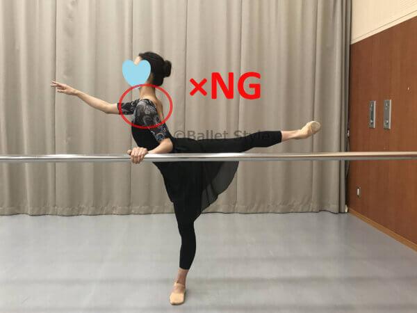 間違ったバレエバーの持ち方をするダンサー