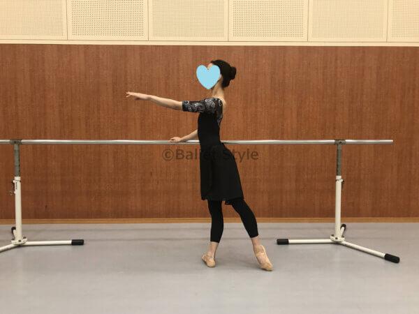 バレエバーを正しく持つ女性ダンサー