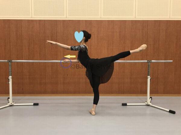 アラベスクをする女性バレエダンサー