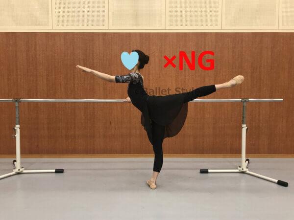誤ったバレエバーの持ち方をしているダンサー