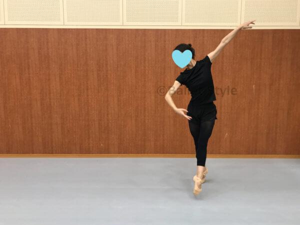 バランセをするダンサー