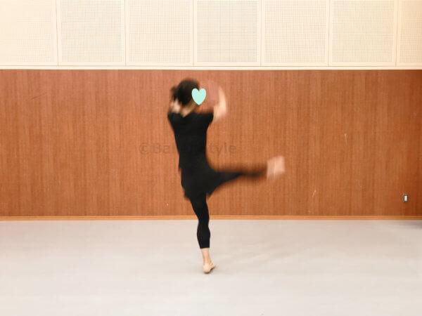 ジュテアントルラセをするダンサー