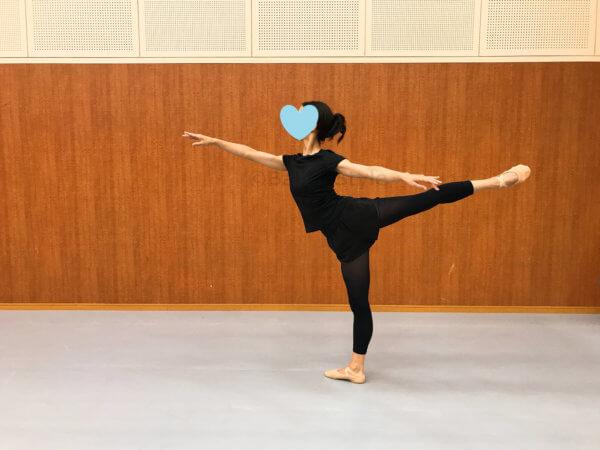 アラベスクする女性ダンサー