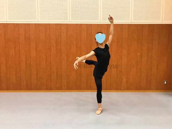 アティテュードのポーズをするダンサー