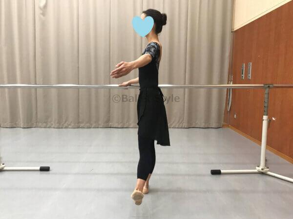 フレックスアラスゴンドをするバレエダンサー